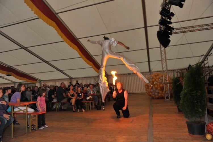 Firedance mit Stelzen